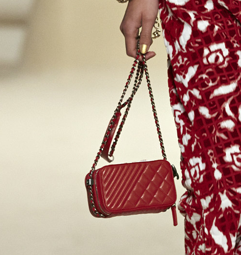 Chanel Dubai fashion show, red alteration of the small cube, photo@style.com